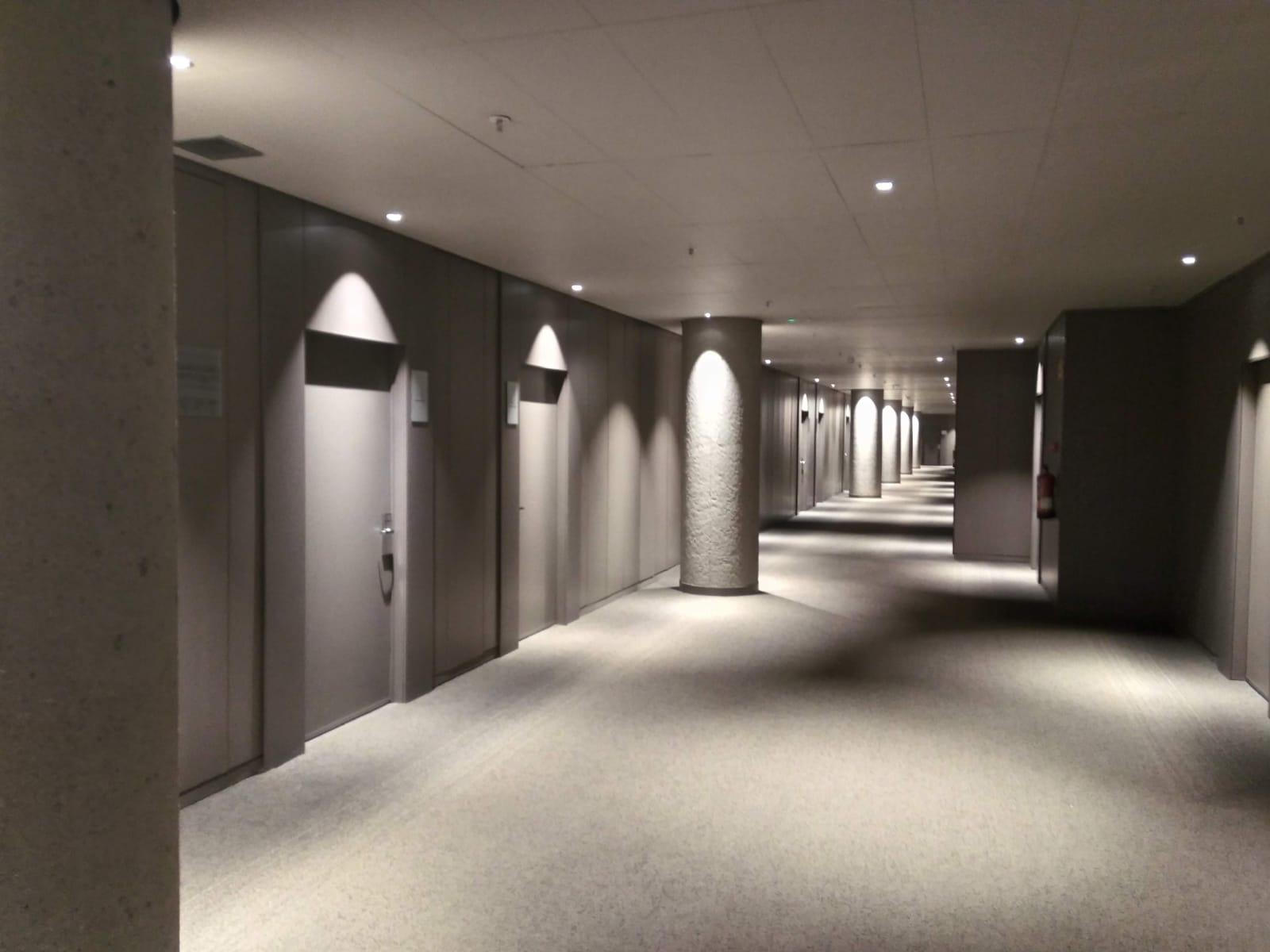 Pasillos y puertas de habitaciones lacadas